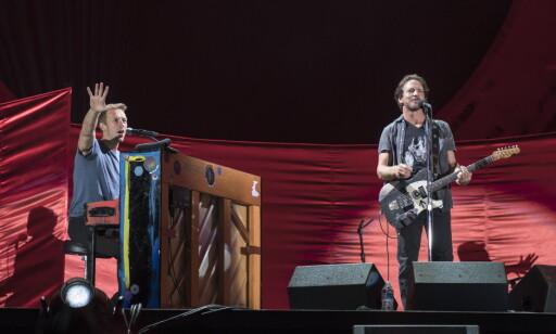 DUO: Chris Martin og Eddie Vedder underholdt fra scenen i Central Park. Foto: Øistein Norum Monsen / Dagbladet