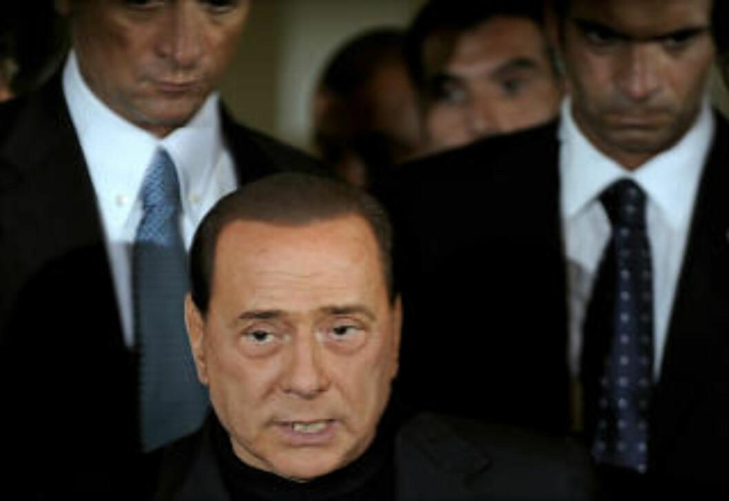 <strong>GIR SEG IKKE:</strong> - Fra i morgen av vil jeg fordoble min innsats i nasjonalforsamlingen og i institusjonene for å fornye Italia, sa Berlusconi i en fjernsynstale søndag. Foto: Filippo Monteforte/AFP