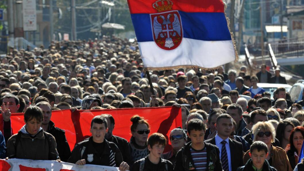 <strong>PROTESTERER:</strong> Flere enn 21.000 kosovoserbere har søkt om å få bli russiske statsborgere. Tallet ventes å stige til rundt 100.000. Her masjerer kosovoserbere i protest etter at NATO besluttet å fjerne veisperringer i byen Gracanica, nord i Kosovo. Foto: Visar Kryeziu/AP