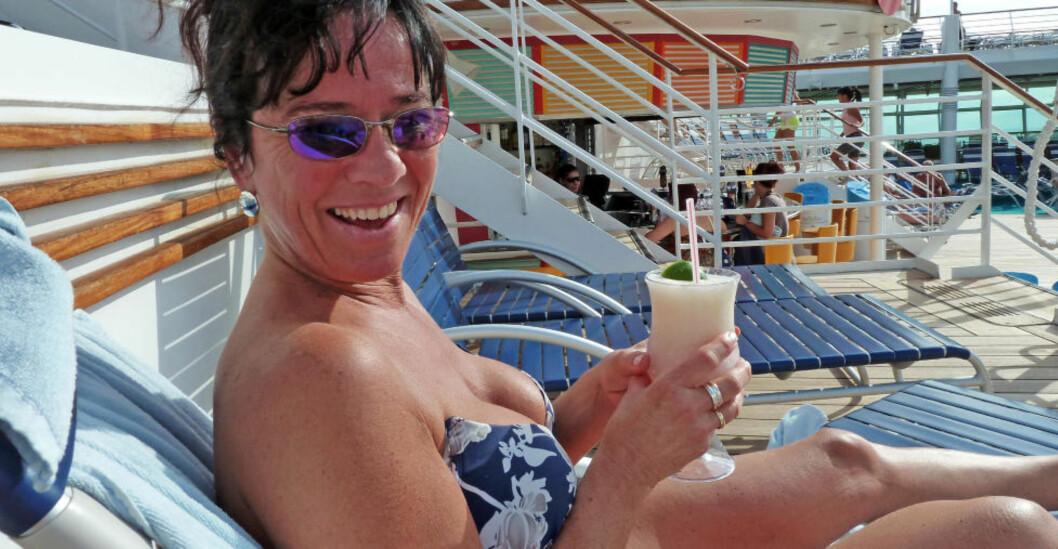 <strong>SMØRBLID:</strong> Med ekstra lommepenger fra rederiet, blir det billig for Wenche Homme Pedersen (47) og andre cruisepassasjerer å nyte en drink på soldekket. Foto: EIVIND PEDERSEN