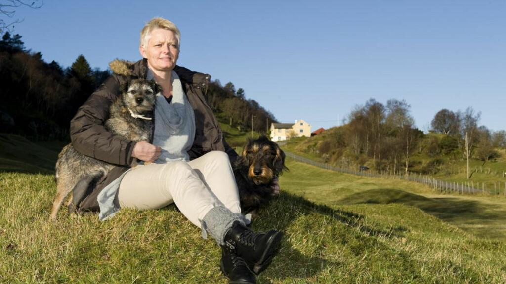 Nytt liv:  Sissel Monsen gjør alt hun ikke turte før: Hun går lange turer med hundene Bela og Chico og er til og med på jakt. En time med psykiater Ingvard Wilhelmsen ble vendepunktet.      Foto: Tor Erik Mathiesen