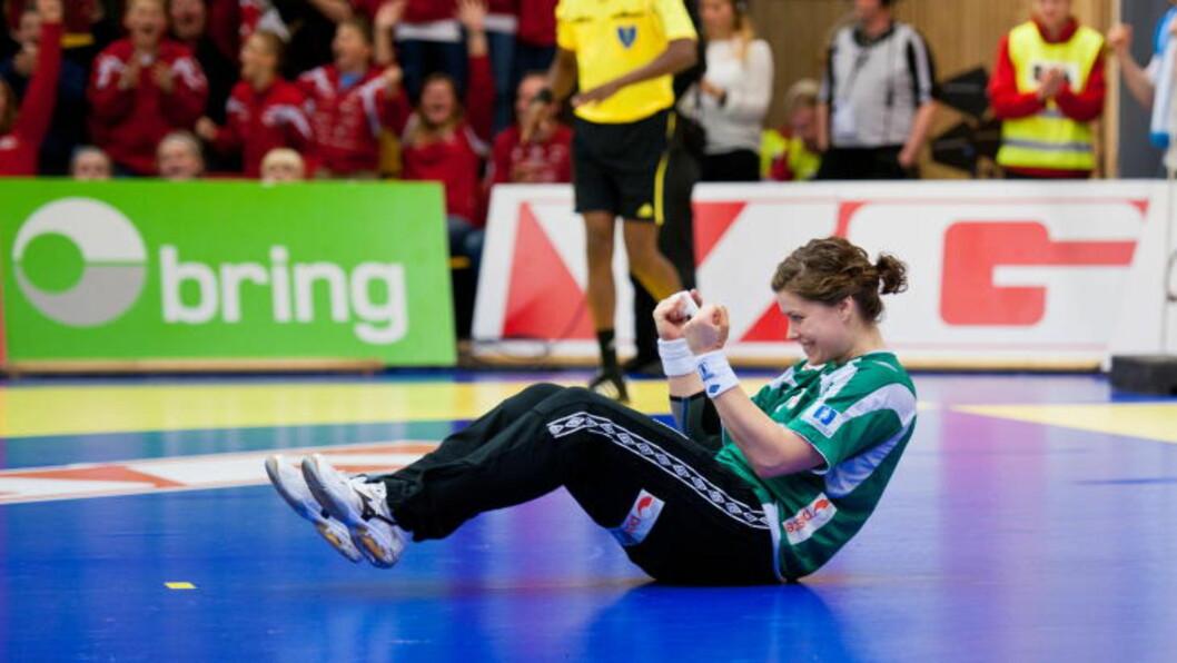 <strong>STRAFFEHELT:</strong> Kari Aalvik Grimsbø jubler etter at hun sikret seieren mot Spania med å redde Carmen Martin Berenguers straffe. Foto: Kent Skibstad / Scanpix