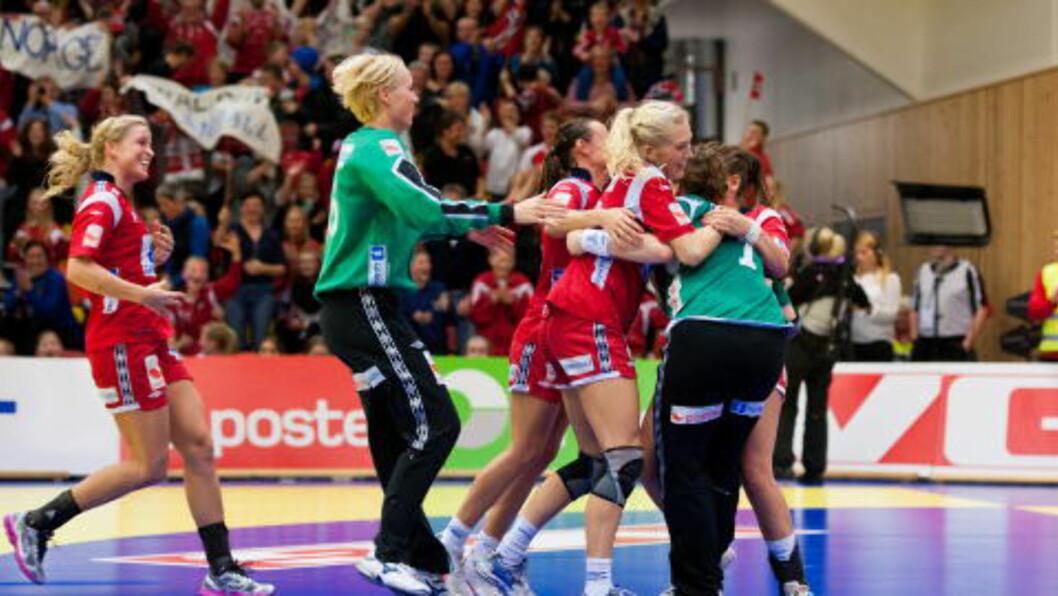 <strong>MATCHVINNEREN:</strong> Lagkameratene gratulerer etter at Kari Aalvik Grimsbø sikret seieren da hun reddet Carmen Martin Berenguers straffe. Foto: Kent Skibstad / Scanpix