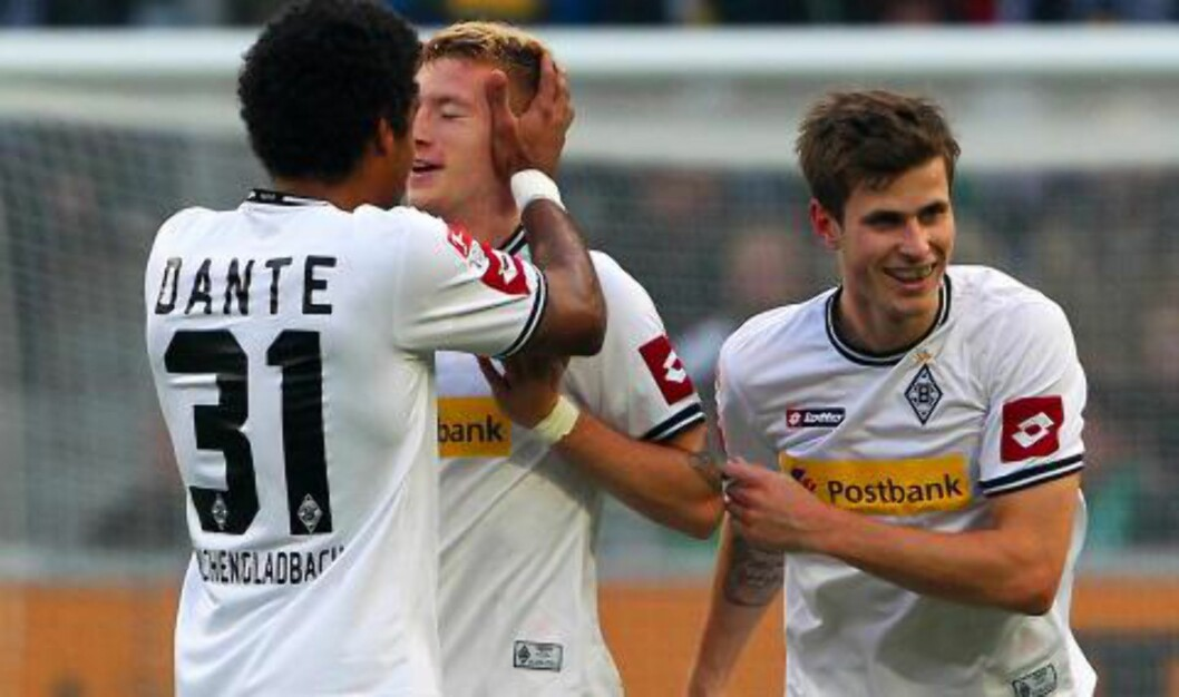 <strong>TREMÅLSSCORER:</strong> Marco Reus scoret tre ganger da Borussia Mönchengladbach knuste Werder Bremen 5-0. Her feirer han sammen med Håvard Nordtveit.Foto: SCANPIX/EPA/ROLAND&nbsp;WEIHRAUCH