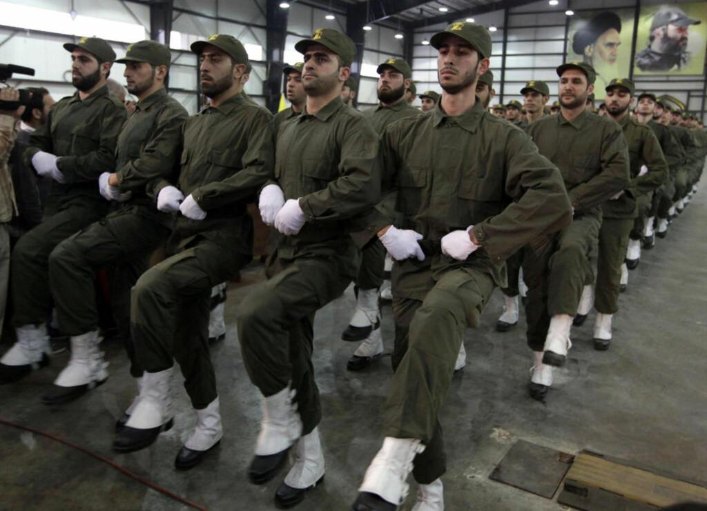 - KATASTROFE: Hizbollah-styrker paraderer under feiringen av martyrdagen i Beirut tidligere i november. Nå hevder CIA-kilder at en hel spionoperasjon er blåst på grunn av amatørskap. Foto: Bilal Hussein/AP/Scanpix