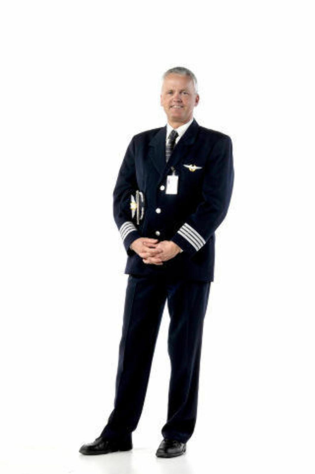 <strong>FLYEKSPERT:</strong> Knut Berger er flykaptein i flyselskapet SAS. Har jobbet som pilot siden 1986, og vært i SAS i ni år. Berger kan svare på spørsmål om alt som har med flyreisen å gjøre: Fra spesifikke flytekniske spørsmål, til råd og tips til dem som er redde eller bekymret for å fly. Foto: HANS ARNE VEDLOG