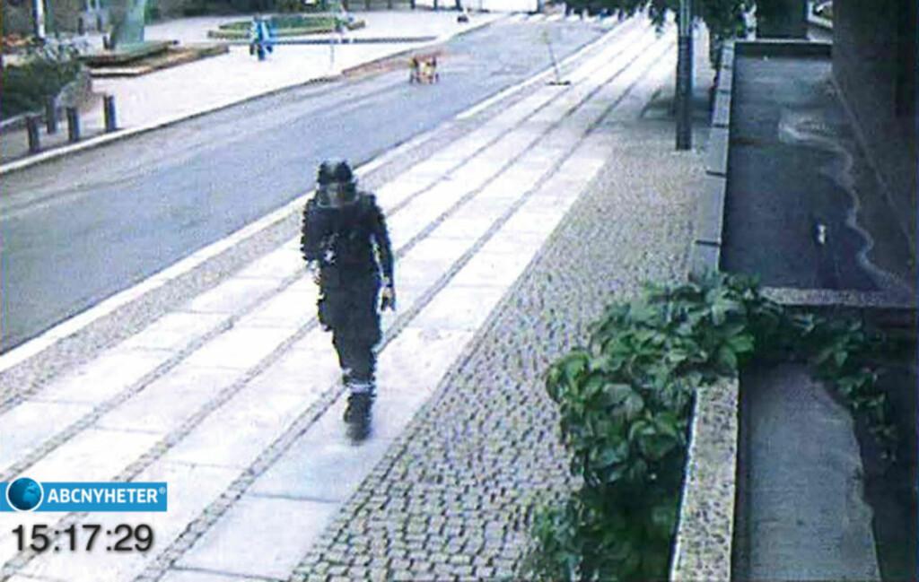 PSYKOTISK: Anders Behring Breivik ankommer og forlater regjeringskvartalet 22. juli med en Volkswagen varebil full av nesten ett tonn sprengstoff, som blir detonert få. Han var psykotisk 22. juli, ifølge de sakkyndige i saken. Foto: ABC Nyheter