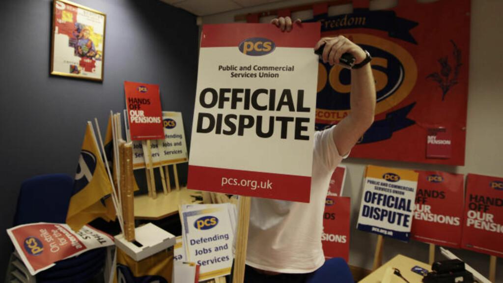 FORBEREDELSER: I går forberedte fagforeningene seg på streik. Her  er Alan Brown fra Public and Commercial Services Union (PCS) i Skottland. Foto: SCANPIX/REUTERS/DAVID MOIR
