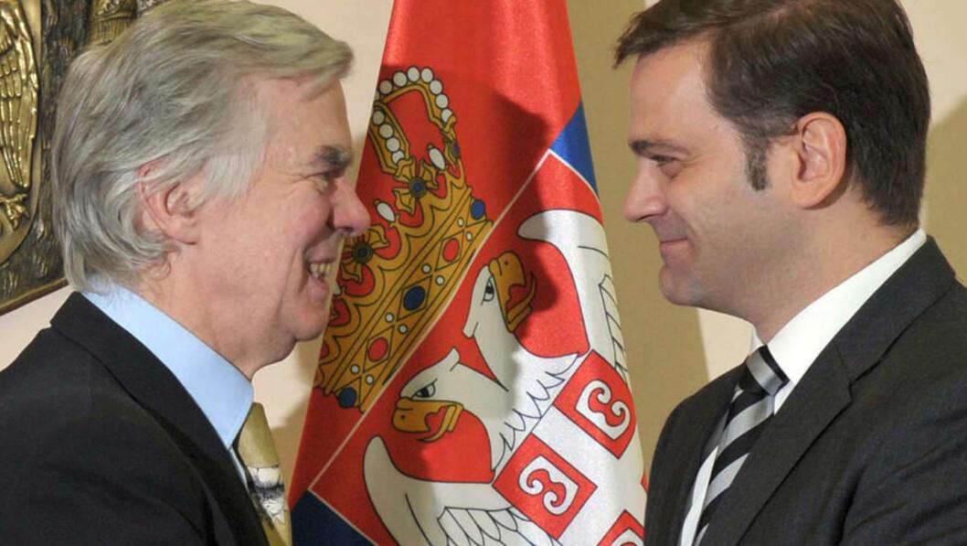 <strong>ENIGE:</strong> EUs forhandlingsleder Robert Cooper (t.v.) håndhilser med den serbiske forhandlingslederen Borislav Stefanovic. Foto: AFP PHOTO / STR /SCANPIX