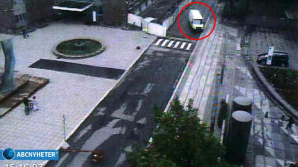ANGRER IKKE: Anders Behring Breivik fastholder at det var rettferdig at ofrene ble drept, angrer ikke, og føler ingen skyld. Han mener ofrene døde som en konsekvens av hans kjærlighet til det norske folk. Her kjører han varebilen inn til regjeringskvartalet 22. juli.  Foto: ABC NYHETER