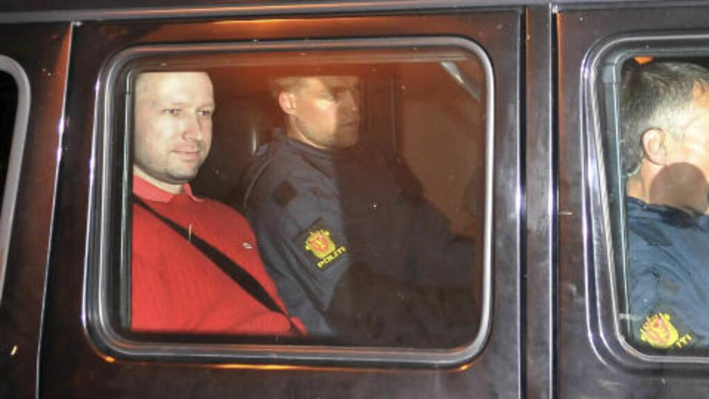 SNAKKER OM DET SAMME HELE TIDEN: Når han gis anledning til å fortelle fritt, oppholder Breivik seg uavbrudd kretsende rundt de samme temaene. Han forteller om og om igjen de samme detaljer knyttet til sitt eget ridderskap, radikaliseringsprosessen, organisasjonen «Knight Templer», kommende statskupp og maktovertakelse i Norge og Europa, skriver de sakkyndige. Foto: JON-ARNE BERG-JACOBSEN/SCANPIX