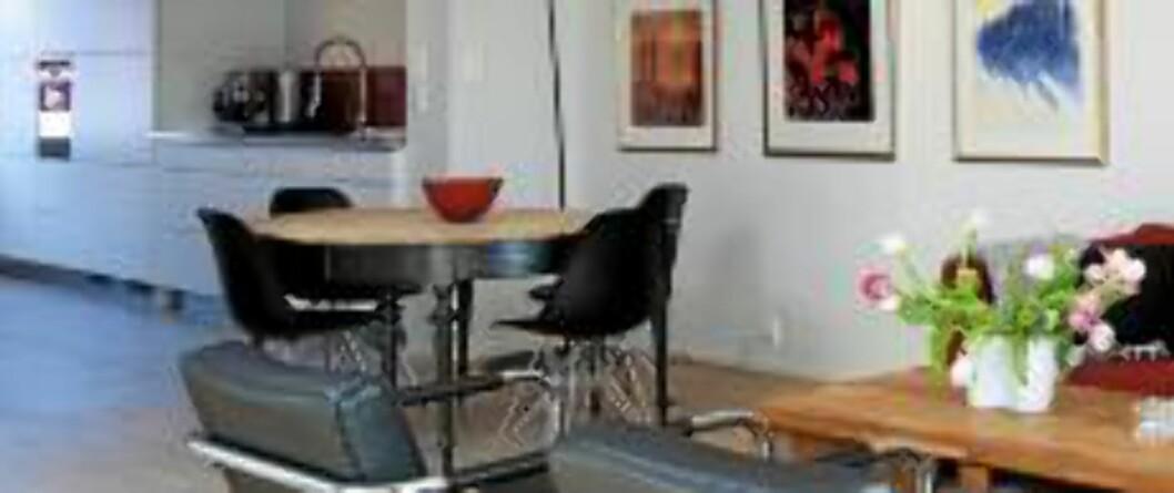 ÅPEN LØSNING. Twiggy lampe over arvet spisebord. Eams spisestuestoler og teppe udner salongbordet fra Jab. De svarte rørstolene var med på flyttelasset. FOTO: Espen Grønli