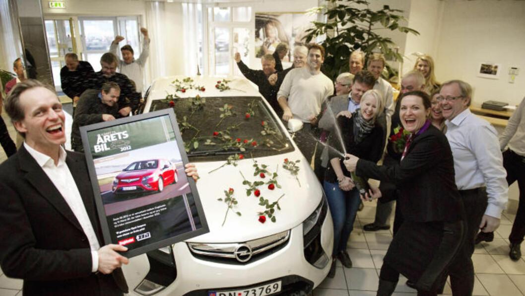 <strong>I EKSTASE:</strong>  Stor jubel blant de ansatte hos Opel Norge, med administrerende direktør Peter Nikell og informasjonssjef Helene Formo i front, som fikk en god start på jula med kåringen av Ampera til «Årets Bil 2012». Foto: ØISTEIN NORUM MONSEN