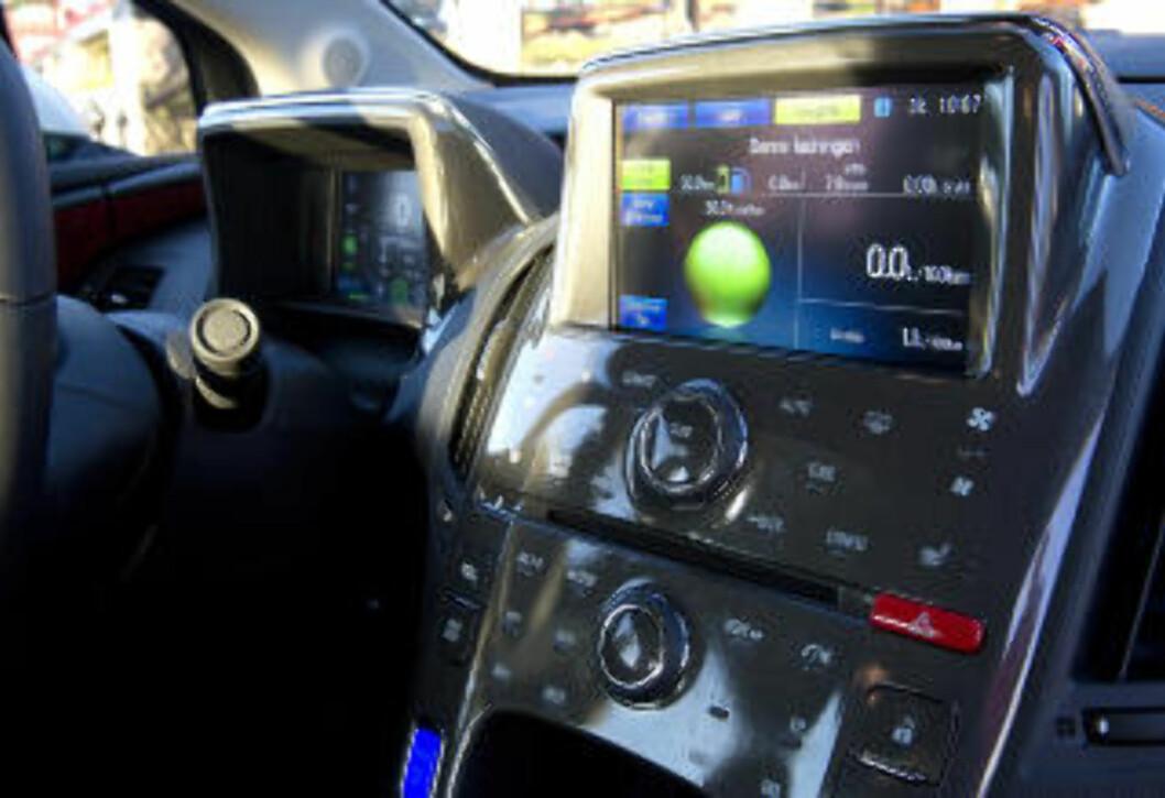 <strong> HØYTEKNOLOGISK:</strong>  Er du gadget-freak er innsiden av Opel Ampera det rette stedet for deg. Foto: ØISTEIN NORUM MONSEN