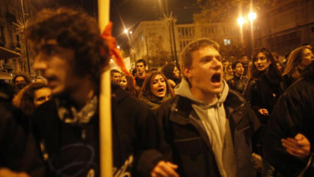 <strong>UNGE DEMONSTRANTER:</strong> Demonstrantene ropte slagord i Aten. Foto: Scanpix/AP Photo/Kostas Tsironis