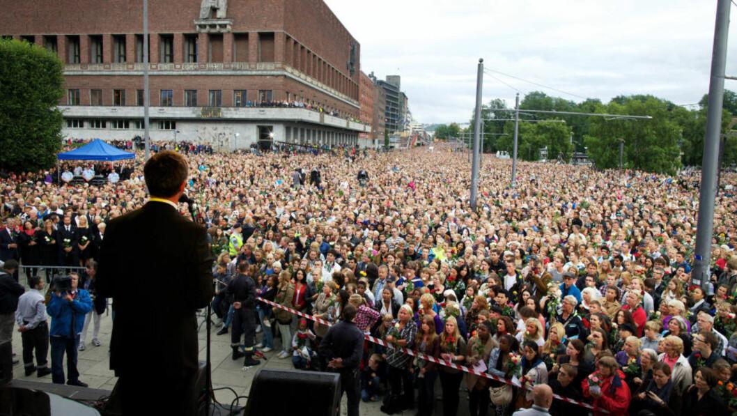 <strong>Samhold:</strong> Jens Stoltenberg taler på Rådhusplassen 25. juli. «Det sterke samholdet som spontant kom til uttrykk etter tragediene den dagen, var neppe først og fremst et uttrykk for en solidaritet med Arbeiderpartiet», skriver kronikkforfatteren. Foto: Eirik Helland Urke