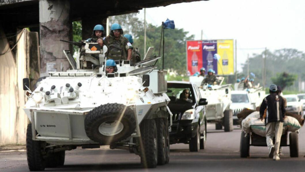 <strong>Overvåker:</strong> FN-soldater patruljerer gatene i Kongos hovedtad Kinshasa. Etter kontinuerlige borgerkriger fra 1996 til 2003 har FN-opperasjonen i Kongo vokste til å bli FNs største. Fortsatt er det ikke fred i hele landet, og særlig i øst-Kongo oppererer mange opprørere. Foto: AFP/JUNIOR D KANNAH