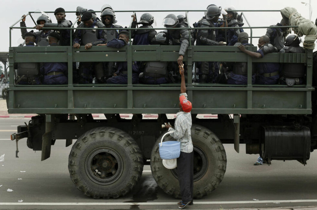 <strong>Klare:</strong> Kongolesisk opprørspoliti står klare foran parlamentsbygningen i hovedstaden Kinshasa. Offentliggjøringen av valgresultatet er utsatt til torsdag kveld. Foto: AP/Jerome Delay.