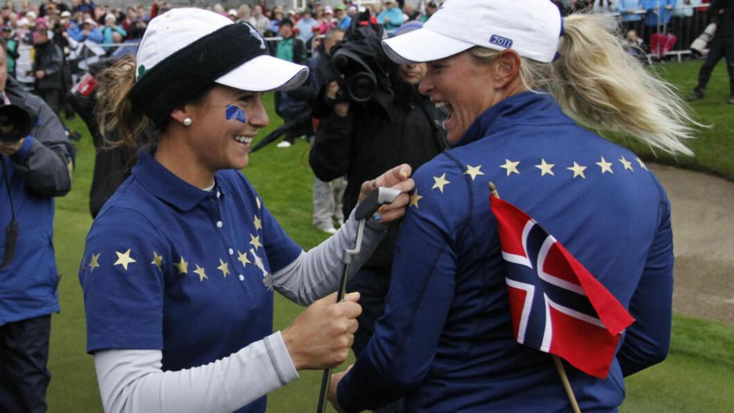 <strong>EUROPA-SEIER:</strong> Azahara Munoz (t.v) og Suzann Pettersen feiret stort da Europa slo USA og vant Solheim Cup i Irland. Foto: AP/Peter Morrison