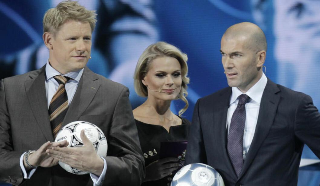 <strong>TREKKER SEG FRA SERIE:</strong> Peter Schmeichel fikk nylig beskjed om at han er uønsket i Viasats Champions League-sendinger. Nå har han trukket seg fra ny TV-serie. Her er han i forbindelse med EM-trekning med vert Olga Freimut og Zinedine Zidane. Foto: AP Photo/Efrem Lukatsky