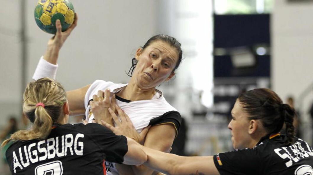 VERDENS BESTE? Bojana Popovic er av mange ranket som verdens beste utespiller. Her er hun i aksjon mot Tyskland på søndag. Montenegro vant 25-24. Foto: Gorm Kallestad, Scanpix