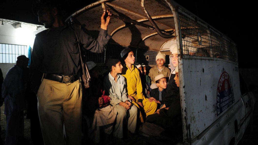 <strong>BEFRIDD:</strong> Elecene som ble funnet lenket fast i kjelleren under en muslimsk skole i Karachi, blir her tatt hånd om at politiet. Sent i går kveld raidet pakistansk politi skolen, og fant til sammen 14 barn og 54 voksne. Asif Hassan/AFP