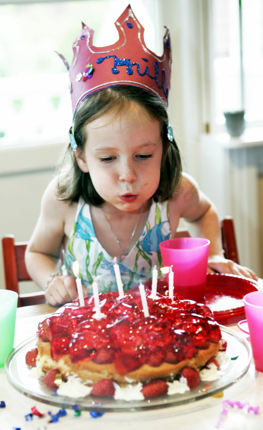 BURSDAGSKAKE: Kake med lys hører barnebursdagen til, men kanskje rekker det med bare en kake? Foto: NTB Scanpix / Tor Richardsen