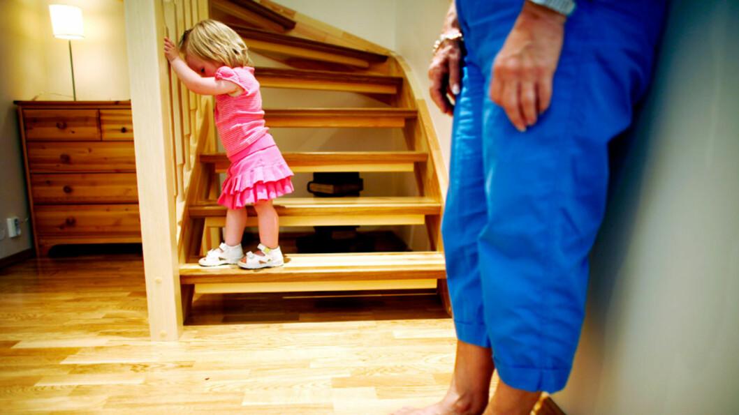 <strong>GIR ETTER:</strong> Svært vanlig foreldreadferd. Opplever du det som et problem råder barnepsykologen å spørre deg selv; hva mener du at barnet selv kan få bestemme? Foto: Illustrasjonsbilde - NTB scanpix