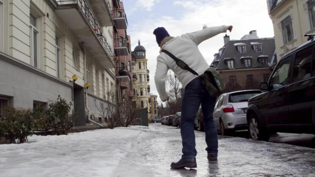 <strong>SKLIR PÅ ISEN:</strong>  Legevakta i Oslo behandlet i går en rekke fallskader som følge av såpeglatte veier. Også i dag er det meldt om glatte veier Østafjells. Foto: Heiko Junge / Scanpix