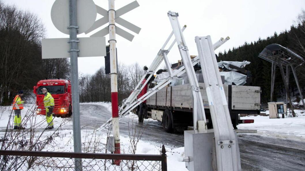 <strong>SÅPEGLATT:</strong>  Sjåfør Marcus Götheberg sklei gjennom bommene ved Bøn stasjon i går på grunn av glatta, og bommet på et tog med tømmer med få sekunder.  Foto Per Flåthe / Dagbladet