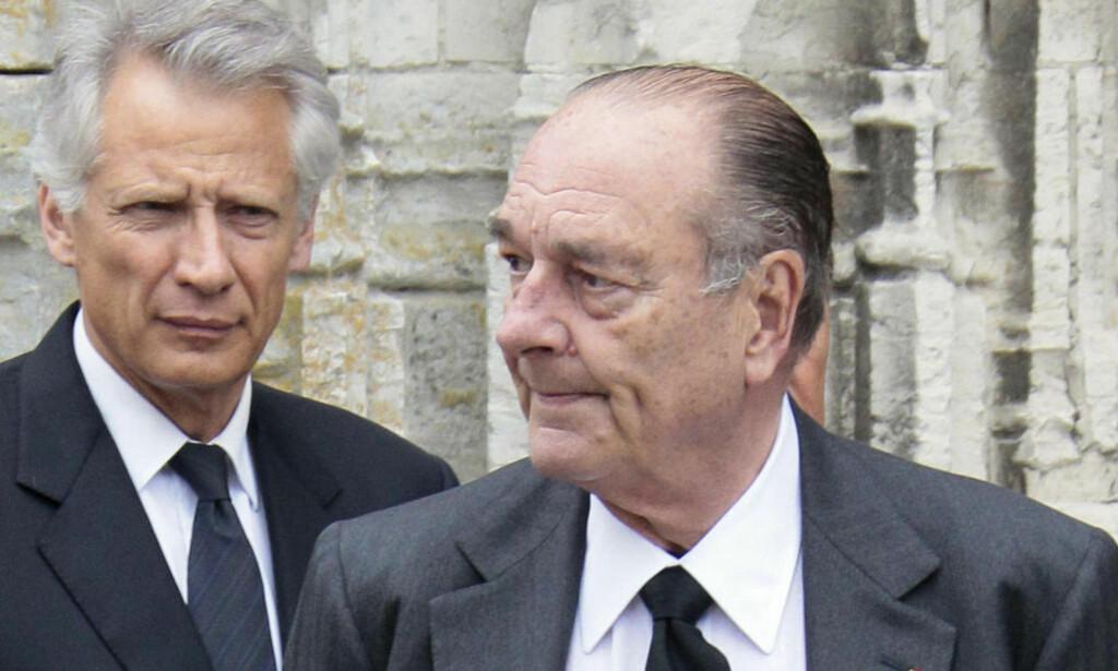 KAMPFELLER:  Frankrikes tidligere president Jacques Chirac (t.h) og tidligere statsminister Dominique de Villepin har stått sammen i kampen mot nåværende president Nicolas Sarkozy. Nå er Chirac dømt og frattatt ære. Her fra en begravelse i fjor. Foto: JACQUES DEMARTHON/AFP