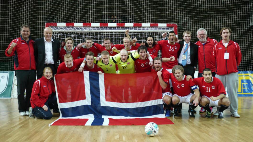 <strong>JUBLET FOR SEIER:</strong> Det norske futsallandslaget jubler etter å ha slått Bosnia i VM-kvalikkampen i Sarajevo. Foto: Guttorm Lende