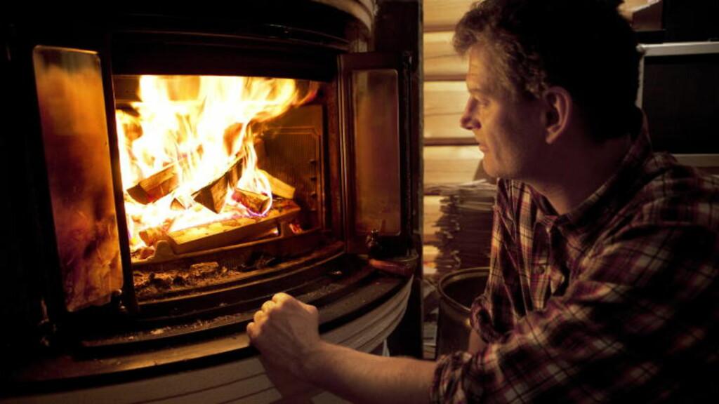 VAKKER ILD: Lars Mytting ser heller inn i et flammehav enn på tv. - Det er noe mytisk og religiøst med flammer, som både tar og gir liv. Foto: Anders Grønneberg