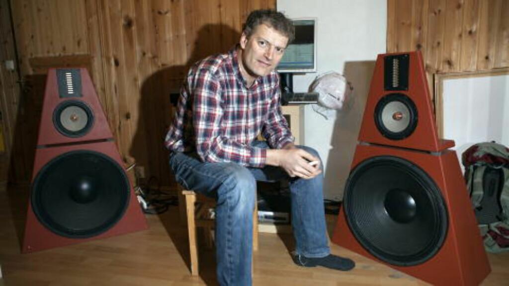 """HI-FI NERD: Lars Mytting er ikke bare hekta på ved. Musikk og lyd er viktig - her med sine høyttalere og forstereke har har bygget selv. Legg merke til de store 21"""" basshøyttalerne. Foto: Anders Grønneberg"""