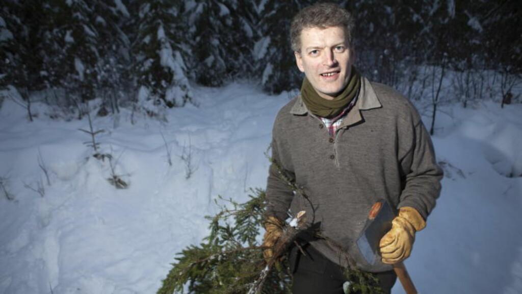KORTREIST JULEHOGST: Lars Mytting henter sitt eget juletre - som selvsagt er kortreist. Foto: Anders Grønneberg