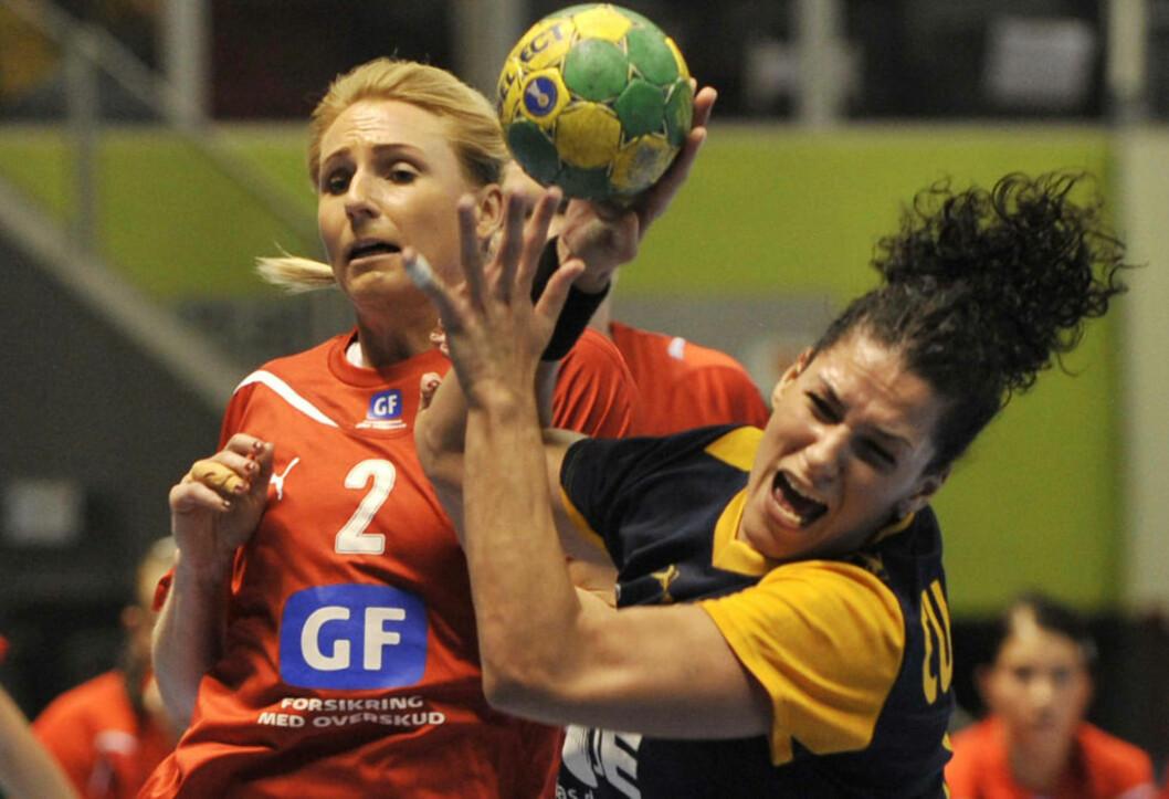 <strong>SJANSELØSE:</strong> Mette Melgaard (t.v.) og de danske håndballkvinnene fikk juling av Veronica Cuadrado og Spania i bronsefinalen.Foto: SCANPIX / AFP PHOTO / Nelson ALMEIDA