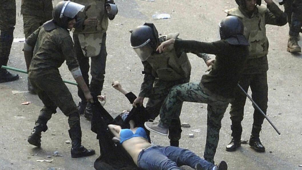 <strong>SKAPTE STERKE REAKSJONER:</strong> Egyptiske soldater river klærne av og banker en ung kvinnelig demonstrant 17. desember. Bildet skapte sterke reaksjoner, og i dag demonstrerte egyptiske kvinner i Kairo. Foto: REUTERS/Stringer/Files