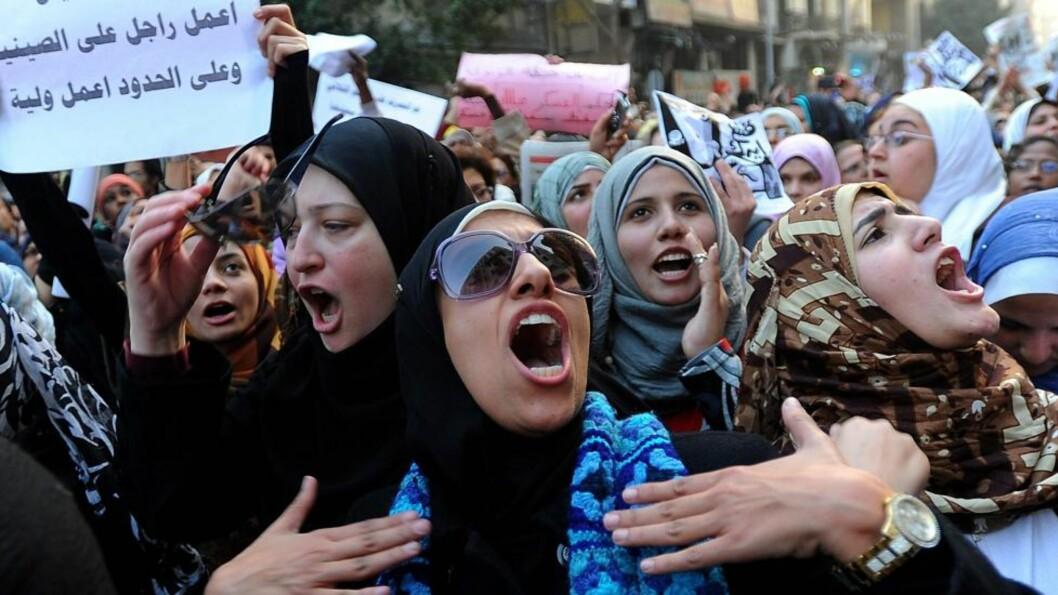 <strong>HAR FÅTT NOK:</strong> Tusenvis av egyptiske kvinner demonstrerte i dag på Tahir-plassen i Kairo. De ønsker en slutt på hærens vold og ærekrenkelser mot kvinner. Foto: EPA/MOHAMED OMAR