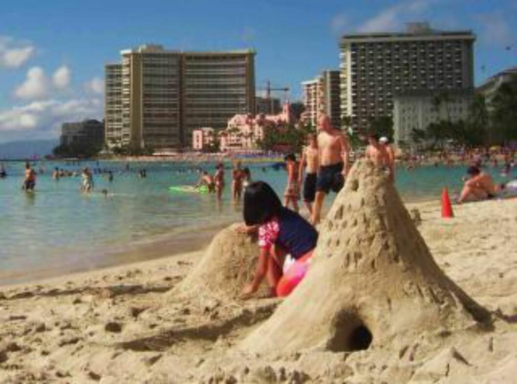 <strong>BADELIV:</strong> Strandliv på Waikiki Beach på Oahu, Hawaii. Foto: TOM HELGESEN