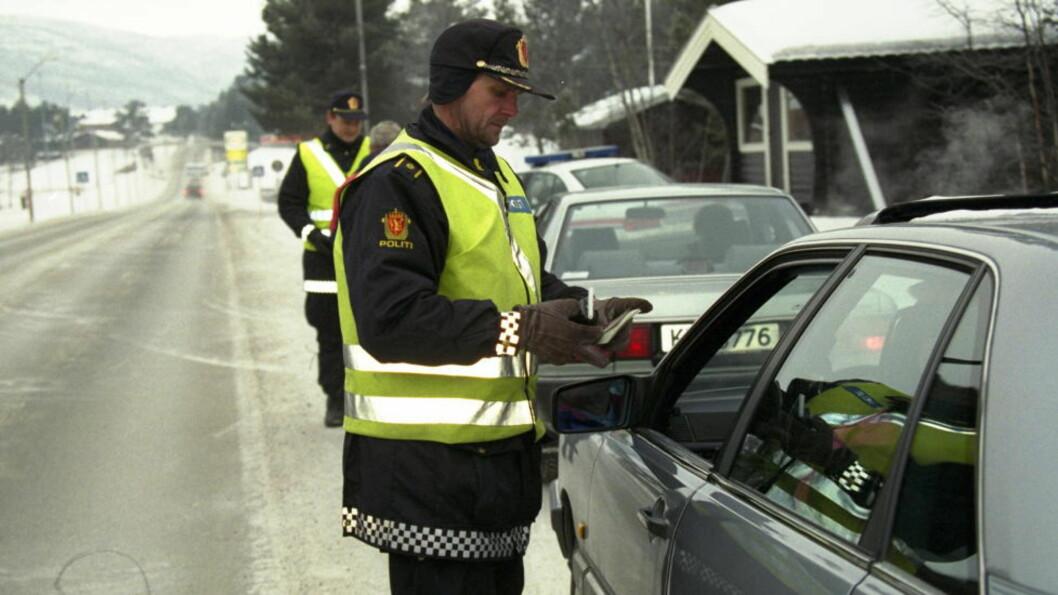 <strong>HØYTIDSTESTING:</strong> Her tester UP julebordspromillen til bilistene i desember 2008. Politimennene på bildet har ikke tilknytning til saken som omtales i artikkelen. Foto: KNUT MOBERG