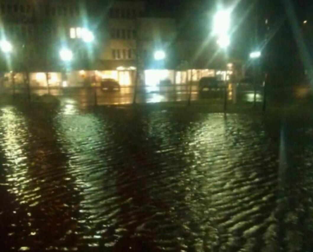 <strong>STORFLOM:</strong> Vannet står høyt i Førde i kveld, etter mange timer med voldsomt regn. Foto: 2400-tipser