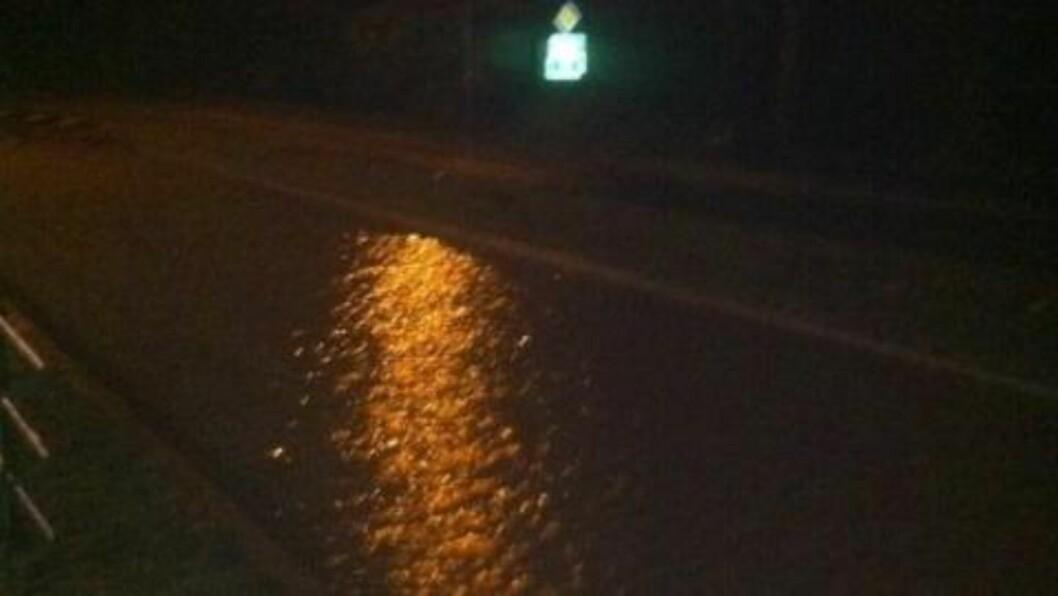 <strong>OVERSVØMMELSE:</strong> Flere veier er oversvømt og umulige å kjøre på. Foto: Thomas Ytterdal