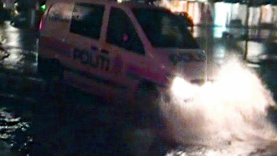 <strong> UFRAMKOMMELIG:</strong>  Ikke politibåt, men politibilen som forsøker å ta seg fram gjennom Førde sentrum i går kveld. Nå har været løyet, men en rekke veistrekninger er stengt i dag. Foto: Inger Johanne Solvåg.