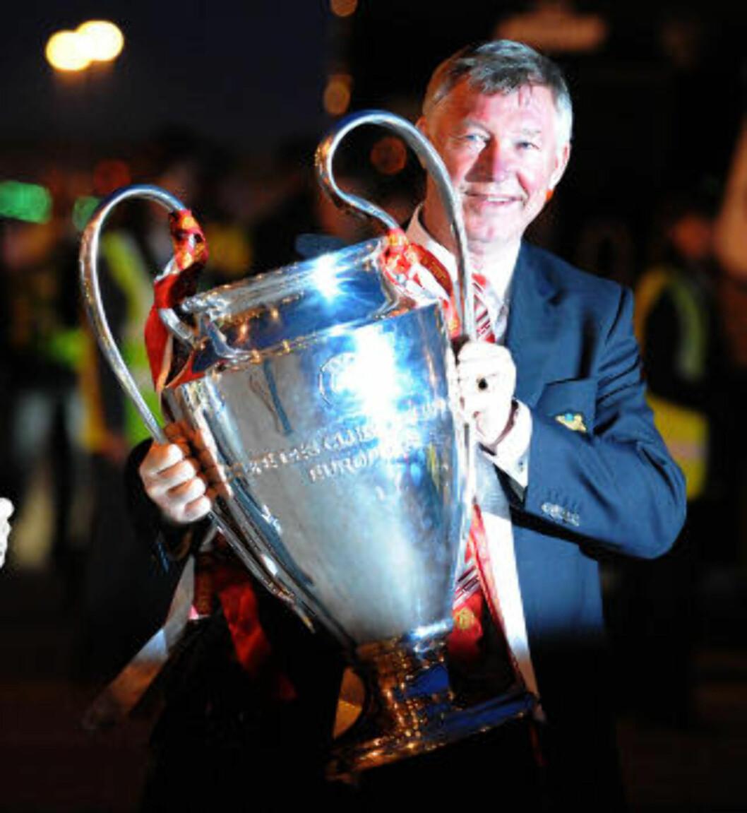 POKALHERREN: Alex Ferguson har i løpet av sine 25 år som manager i United løftet mange. Foto:   AFP PHOTO/ANDREW YATES