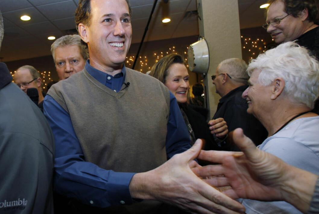 <strong> SJARMOFFENSIV:</strong>  Rick Santorum har brukt mye tid i Iowa de siste ukene. Her hilser han på en av sine potensielle velgere. Foto: AP Photo/Eric Gay