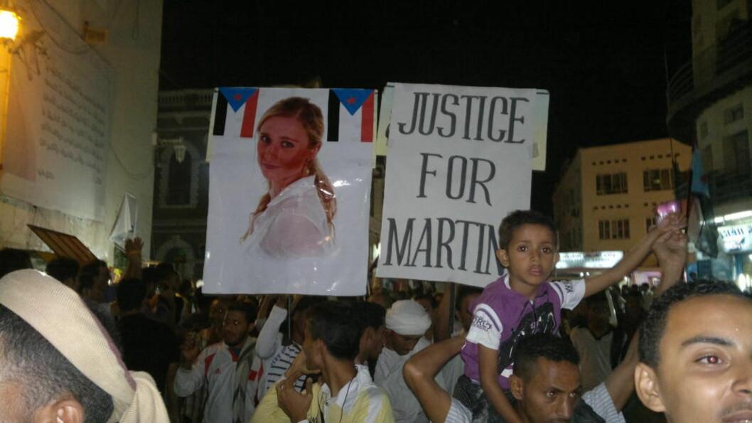 <strong>MARSJERTE I GATENE:</strong> Mellom pansrede biler og bevæpnet personell demonstrerte et tusentalls mennesker for Martine - og mot Shaher Abdulhak - i Aden i går. Alle: Privat
