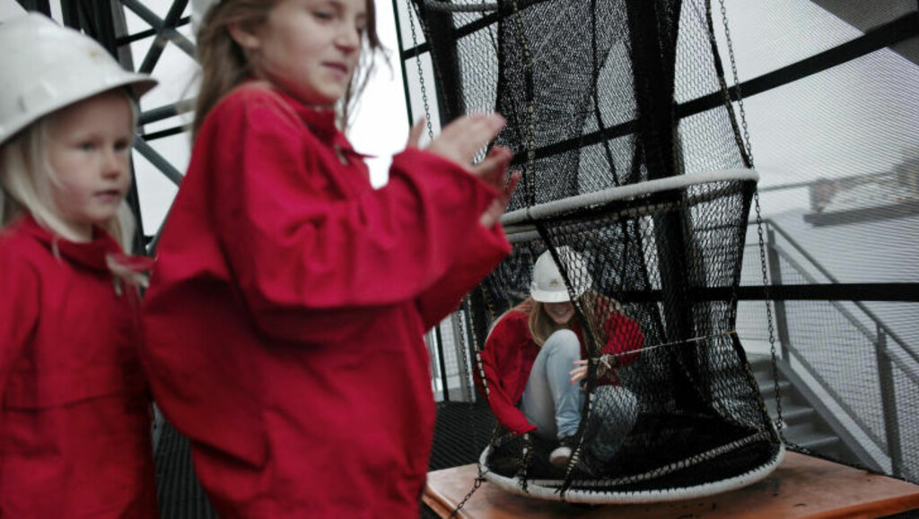 AKTIVT MUSEUM: Ane,  Meline og Marielle tester redningstrømpa på Norsk Oljemuseum. Foto: TOMMY ELLINGSEN