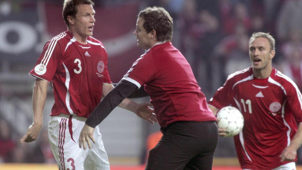 <strong>MÅ BETALE TIL FORBUNDET:</strong> Den danske supporterer som stormet banen må betale på mange hold. Foto: AFP/Lars Helsinghof/Scanpix