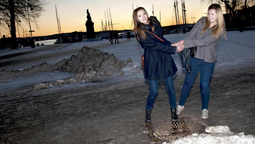 LIVREDD: Maria Farsund (til høyre) er veldig overtroisk, og tror ulykken blir dobbel dersom hun tråkker på et kumlokk på fredag den 13., mens vennina Sigrid Engan synes det er en helt vanlig dag. Foto: Melisa Fajkovic/Dagbladet