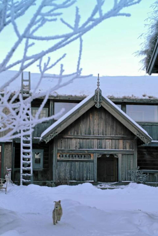 FØRSTEKLASSES DEKOR: Det antas at treskjærerenJakup Sæterdal lagde både framskapet i stuen, svalgangen, mønespiret og vindskiene på Kleppe Nordigard. Noen av dette er idag kopier av originalene.  FOTO: Nils Petter Dale